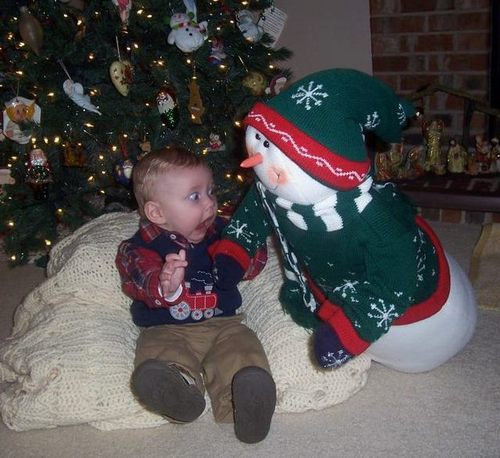 kid-afraid-snowman